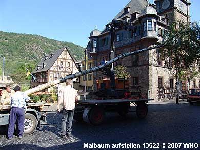 Um 15.45 Uhr wird der Maibaum auf dem Marktplatz angehoben.