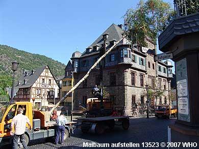 Maibaum setzen auf dem Marktplatz in Oberwesel.